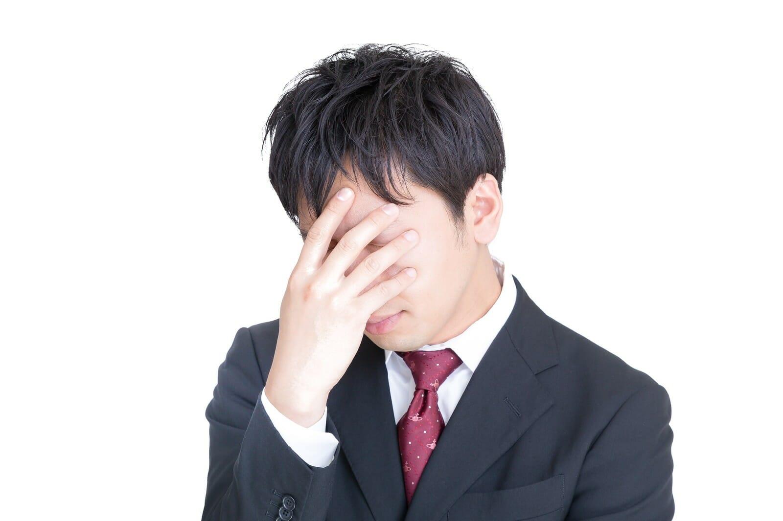 外国人とのトラブルで頭を抱える男性